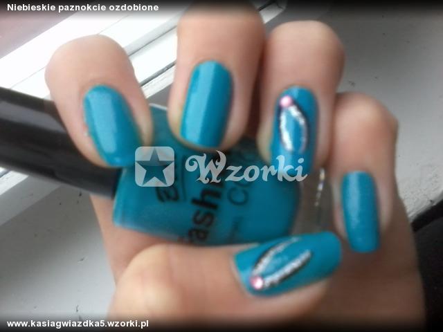 Niebieskie paznokcie ozdobione