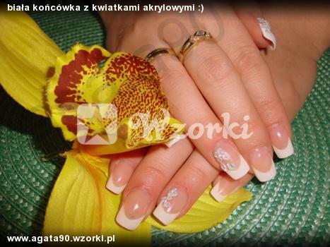 biała końcówka z kwiatkami akrylowymi :)
