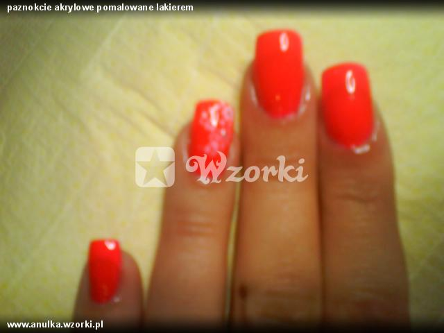 paznokcie akrylowe pomalowane lakierem