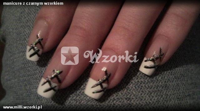 manicure z czarnym wzorkiem