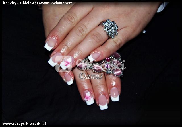 frenchyk z biało-różowym kwiatuchem
