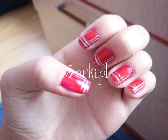 Czerwone z kreskami