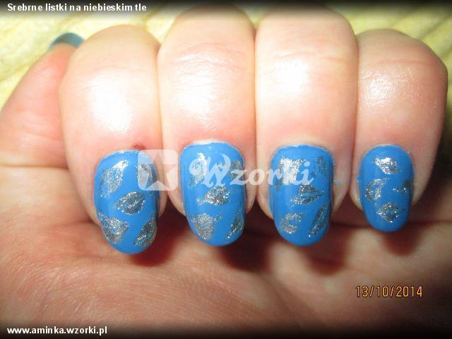 Srebrne listki na niebieskim tle