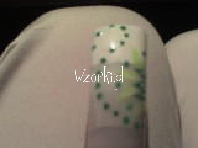zielony kwiatek z kropkami