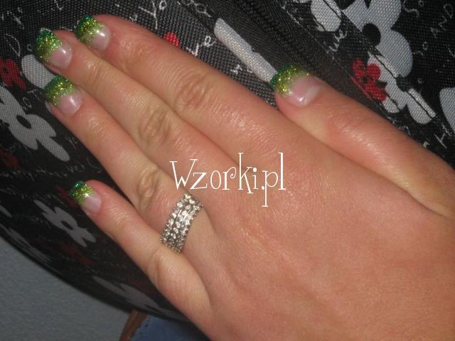 zielone cieniowanie brokatem