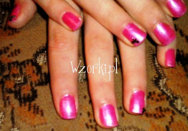 różowy lakier + czarna kokardka na naturalnej płytce