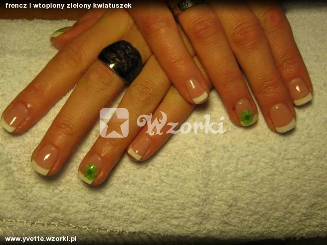 frencz i wtopiony zielony kwiatuszek